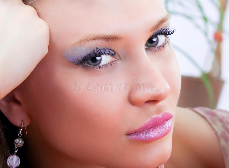 Stående av en gullig brunett med blåa ögon arkivfoto
