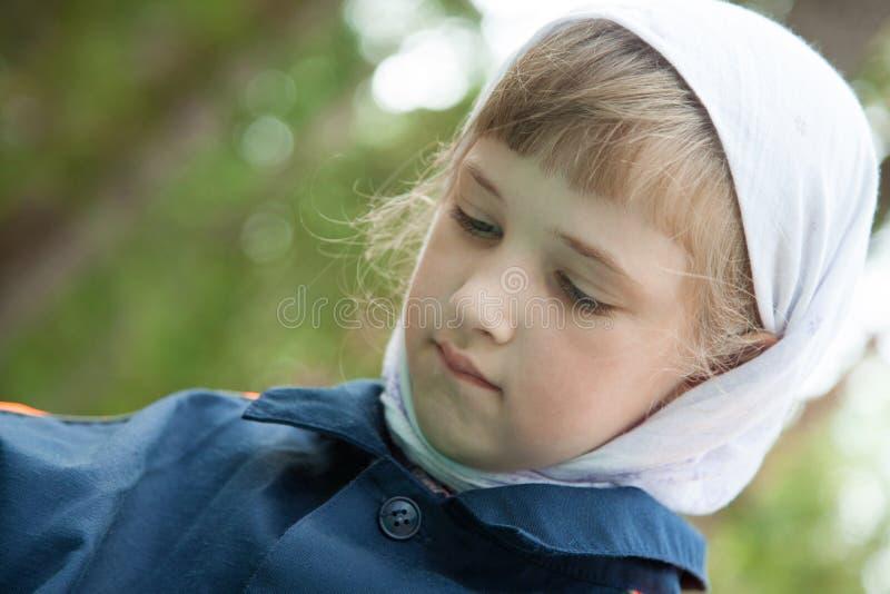Stående av en gullig förskolebarnflicka royaltyfria bilder