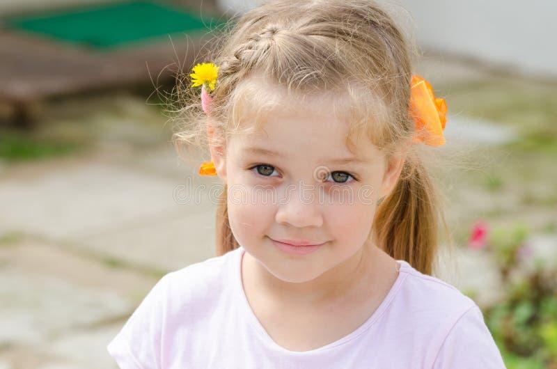 Stående av en gullig fyra-år flicka arkivfoto