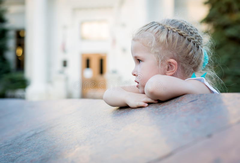 Stående av en gullig ledsen litet barnflicka royaltyfri fotografi