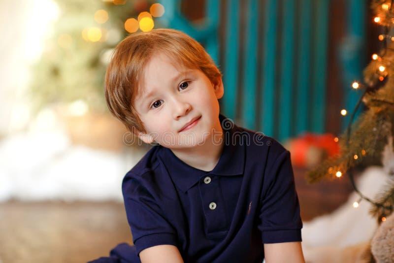 Stående av en gullig pojke i jul royaltyfria foton