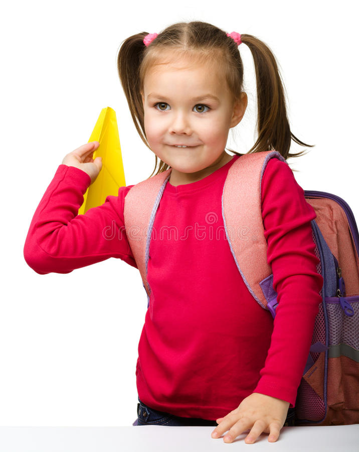 Stående av en gullig schoolgirl med ryggsäck arkivbild
