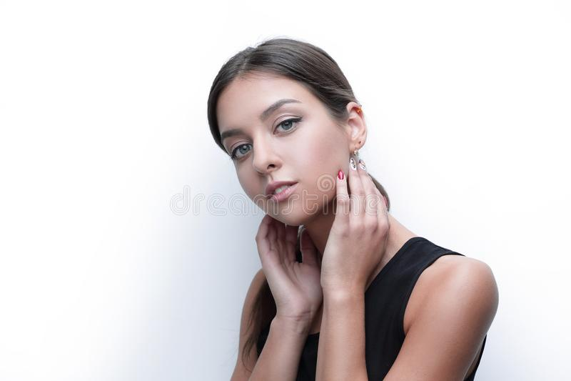 Stående av en gullig ung kvinna med mjukt smink royaltyfri fotografi