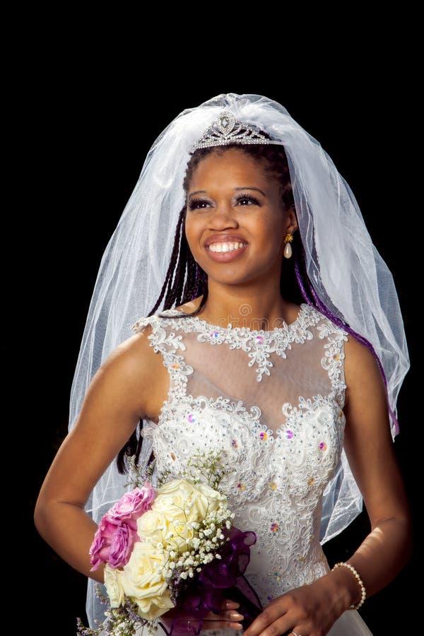 Stående av en härlig afrikansk amerikanbrud royaltyfria bilder