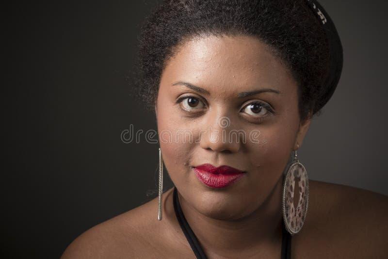 Stående av en härlig afrikansk amerikanflicka royaltyfri bild