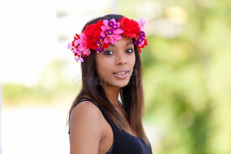 Stående av en härlig afrikansk ung kvinna utomhus arkivbild