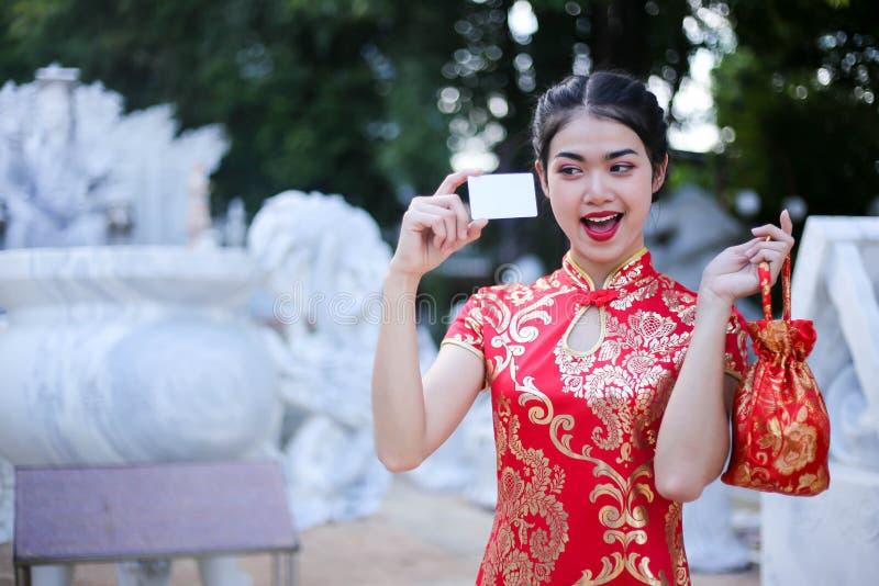 Stående av en härlig asiatisk kvinnahåll med lyckapengar och det röda facket, kinesiskt begrepp för nytt år fotografering för bildbyråer