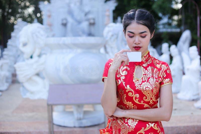 Stående av en härlig asiatisk kvinnahåll med lyckapengar och det röda facket, kinesiskt begrepp för nytt år royaltyfri fotografi