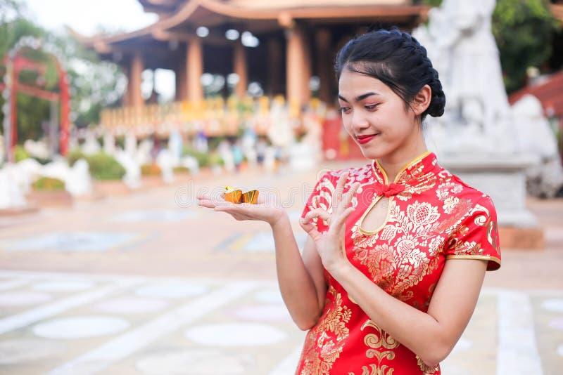Stående av en härlig asiatisk kvinnahåll med lyckapengar och det röda facket, kinesiskt begrepp för nytt år arkivfoton