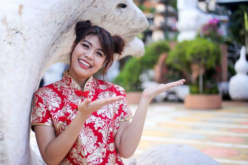 Stående av en härlig asiatisk kvinnahåll med lyckapengar och det röda facket, kinesiskt begrepp för nytt år royaltyfri bild
