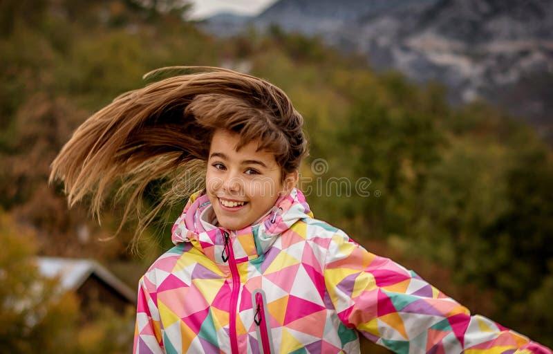 Stående av en härlig bekymmerslös ung flicka som spelar med hennes hai arkivfoto