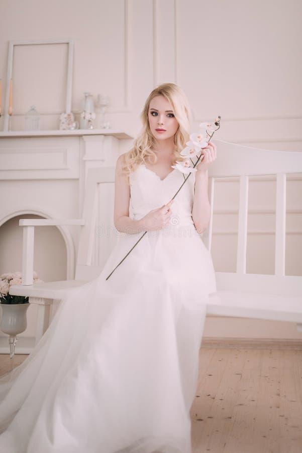 Stående av en härlig blond flicka i bilden av bruden Härlig le flicka Fotoet sköt i studion på en ljus bakgrund royaltyfria bilder