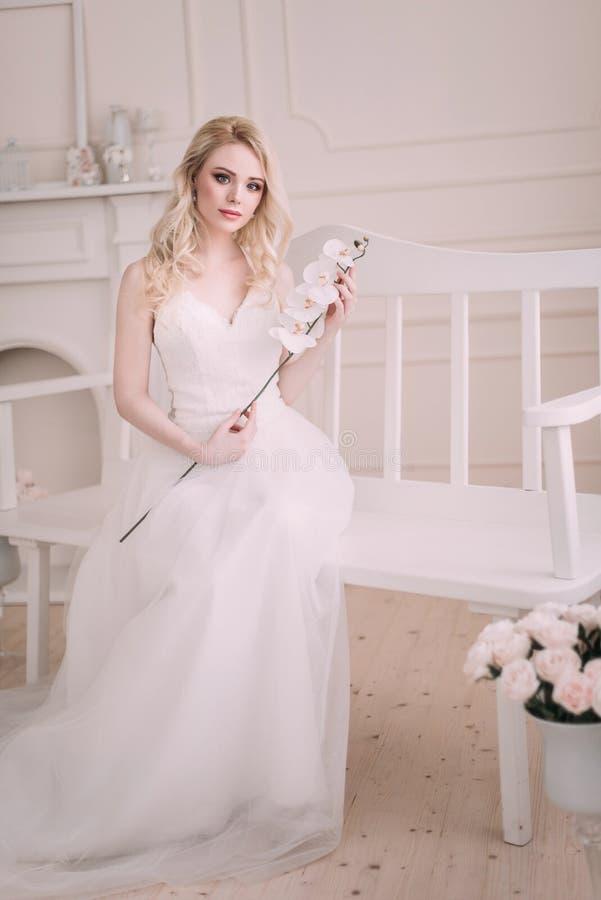 Stående av en härlig blond flicka i bilden av bruden Härlig le flicka Fotoet sköt i studion på en ljus bakgrund arkivbild