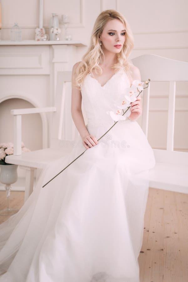 Stående av en härlig blond flicka i bilden av bruden Härlig le flicka Fotoet sköt i studion på en ljus bakgrund royaltyfri foto