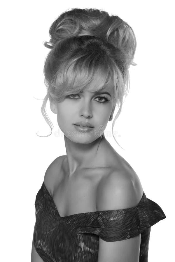 Stående av en härlig blond kvinna i retro klänning50-talstil monokromt svartvitt foto royaltyfri foto
