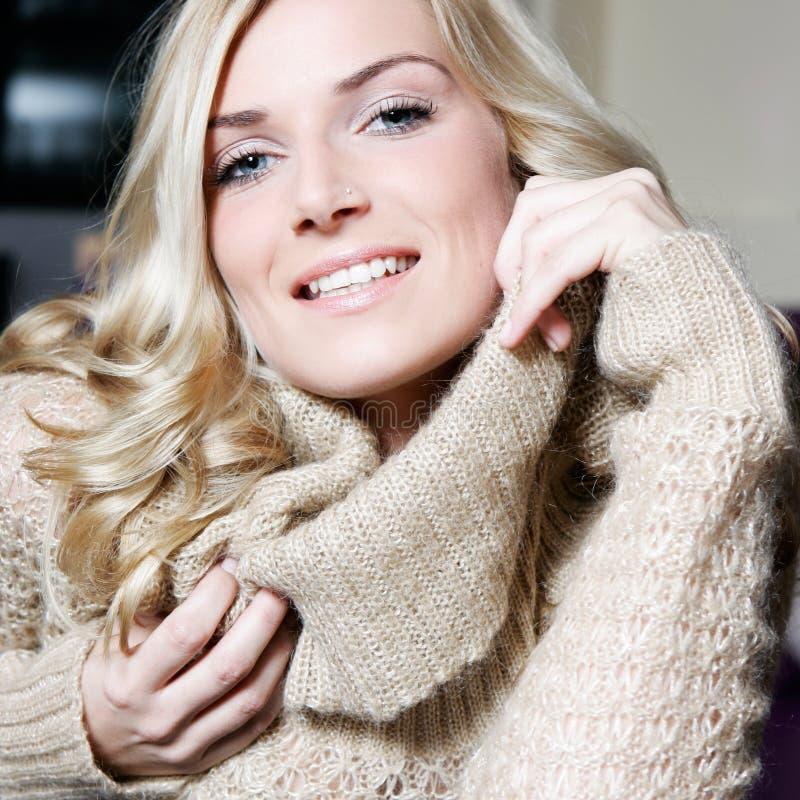 Stående av en härlig blond kvinna med blåa ögon royaltyfria bilder