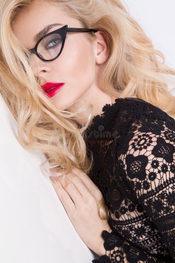 Stående av en härlig blond kvinna mycket med gröna ögon av söta röda kanter royaltyfri bild