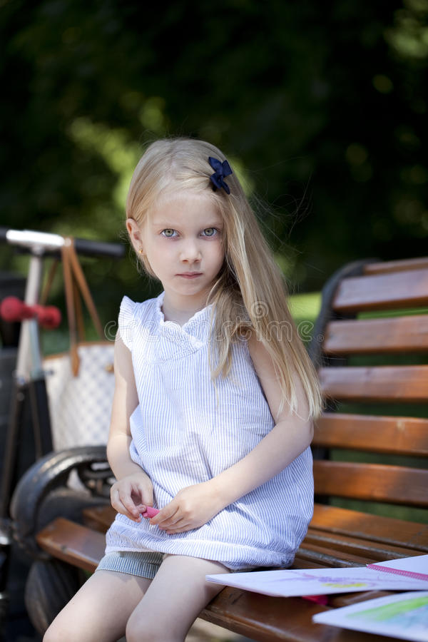 Stående av en härlig blond liten flicka tre år arkivbilder
