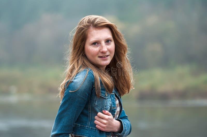Stående av en härlig caucasian flicka med fräknar royaltyfria bilder