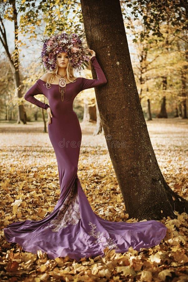 Stående av en härlig dam som bär en storartad chaplet royaltyfria bilder