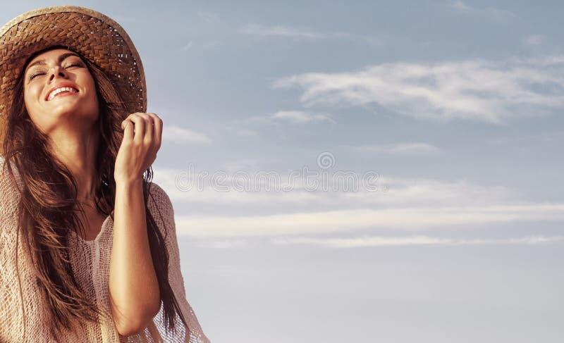 Stående av en härlig dam som tycker om sommarväder arkivbilder