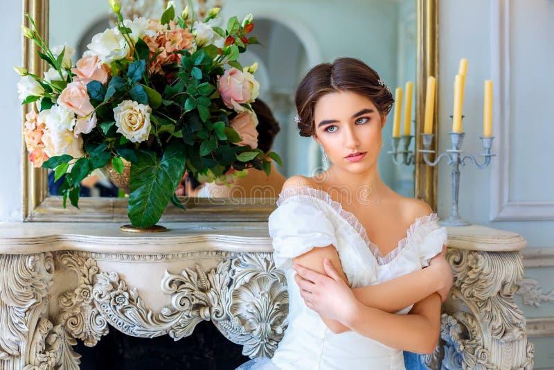 Stående av en härlig flicka i en bollkappa i inre Begreppet av mjukhet och ren skönhet i söt prinsessa ser Beautif arkivfoto