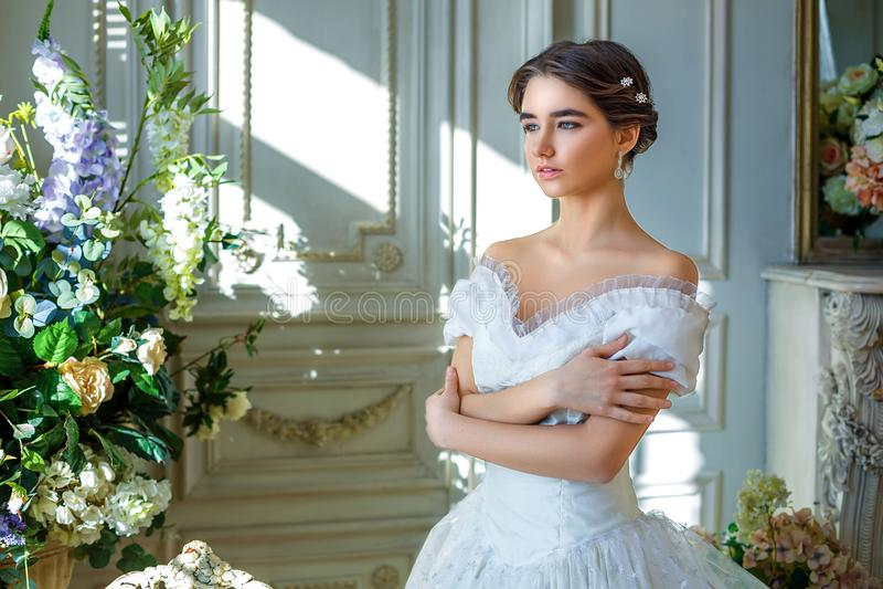 Stående av en härlig flicka i en bollkappa i inre Begreppet av mjukhet och ren skönhet i söt prinsessa ser Beautif arkivfoton