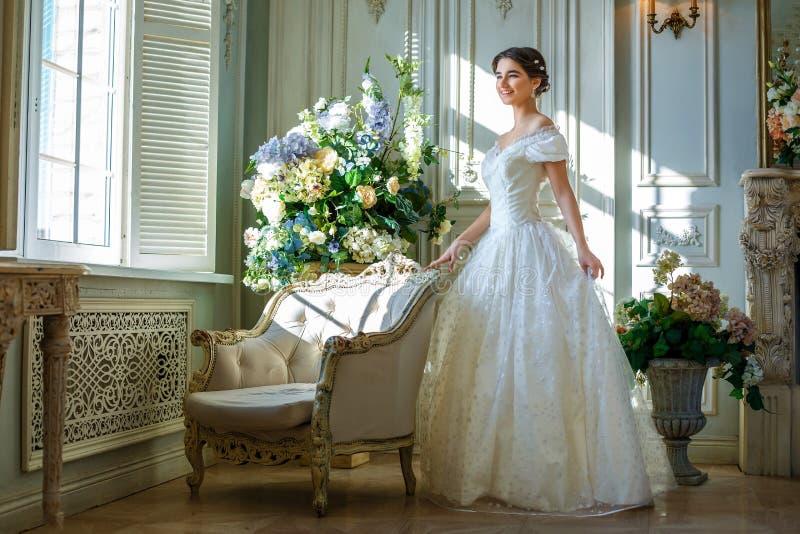 Stående av en härlig flicka i en bollkappa i inre Begreppet av mjukhet och ren skönhet i söt prinsessa ser Beautif arkivbilder