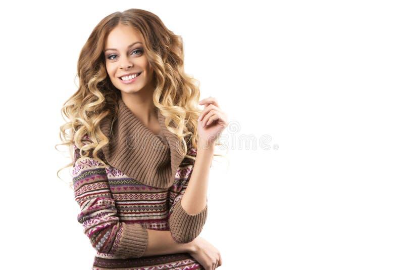 Stående av en härlig flicka i en tröja arkivfoto