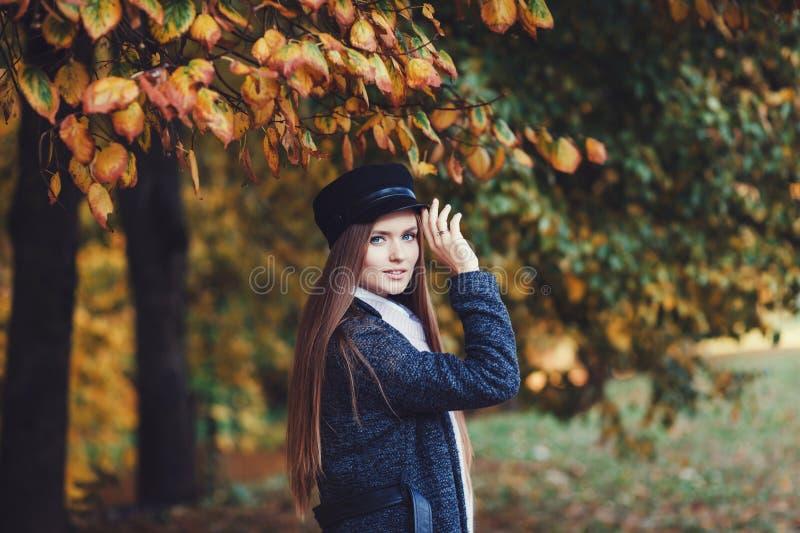 Stående av en härlig flicka i ett mörkt lag royaltyfri foto