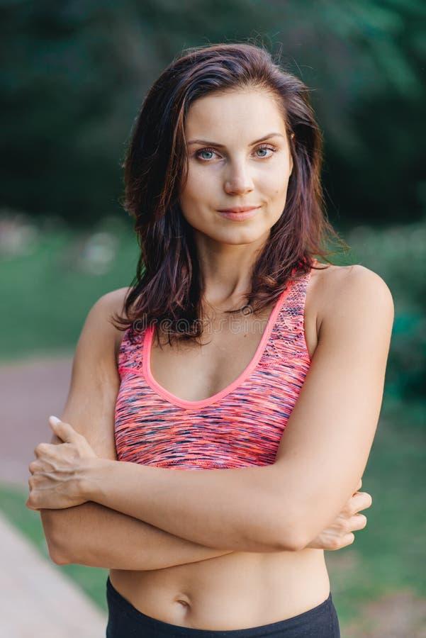 Stående av en härlig flicka i sportswear royaltyfri bild