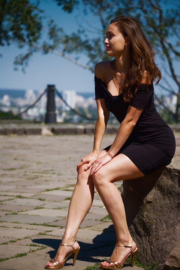 Stående av en härlig flicka i en stilfull klänning arkivfoton