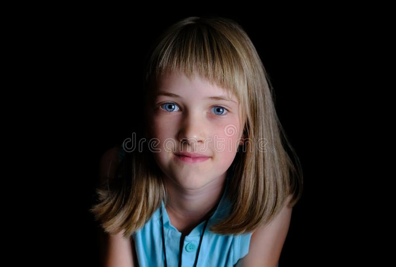 Stående av en härlig flicka med en öppen ärlig blick royaltyfria foton
