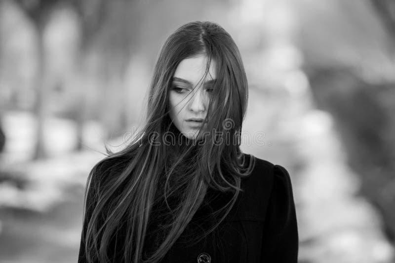 Stående av en härlig flicka med flyghår i vinden Ung ledsen kvinna Stående av den ensamma kvinnan arkivfoton