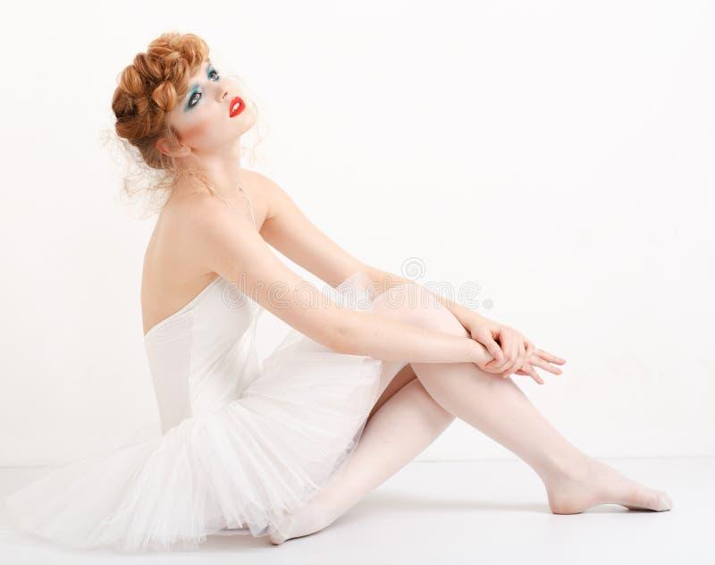 Stående av en härlig flicka med modemakeup arkivfoton