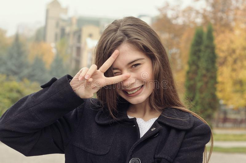 Stående av en härlig flicka som har gyckel som promenerar streen royaltyfri fotografi