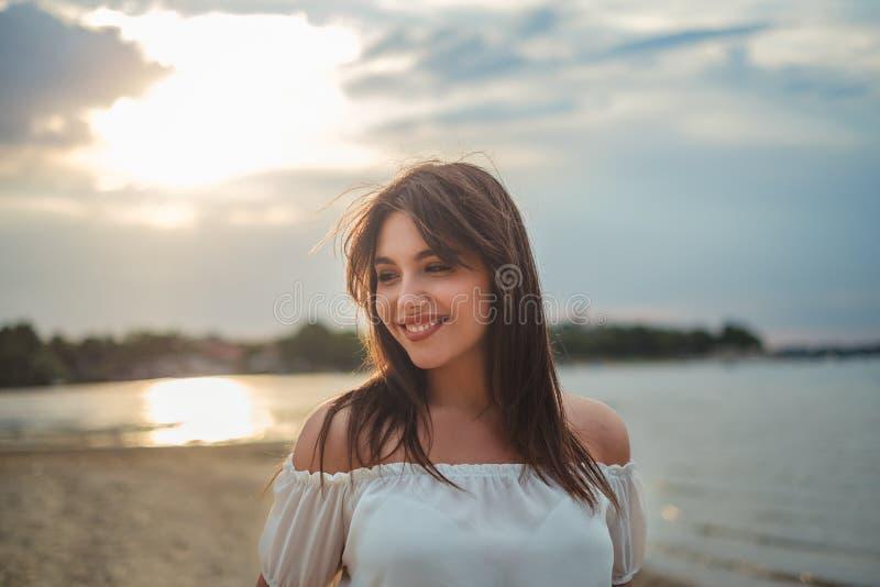 Stående av en härlig flicka som ler på stranden royaltyfria foton