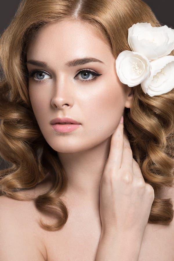 Stående av en härlig kvinna i bilden av bruden med blommor i hennes hår Härlig le flicka arkivbilder