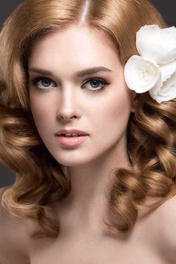 Stående av en härlig kvinna i bilden av bruden med blommor i hennes hår Härlig le flicka royaltyfria bilder