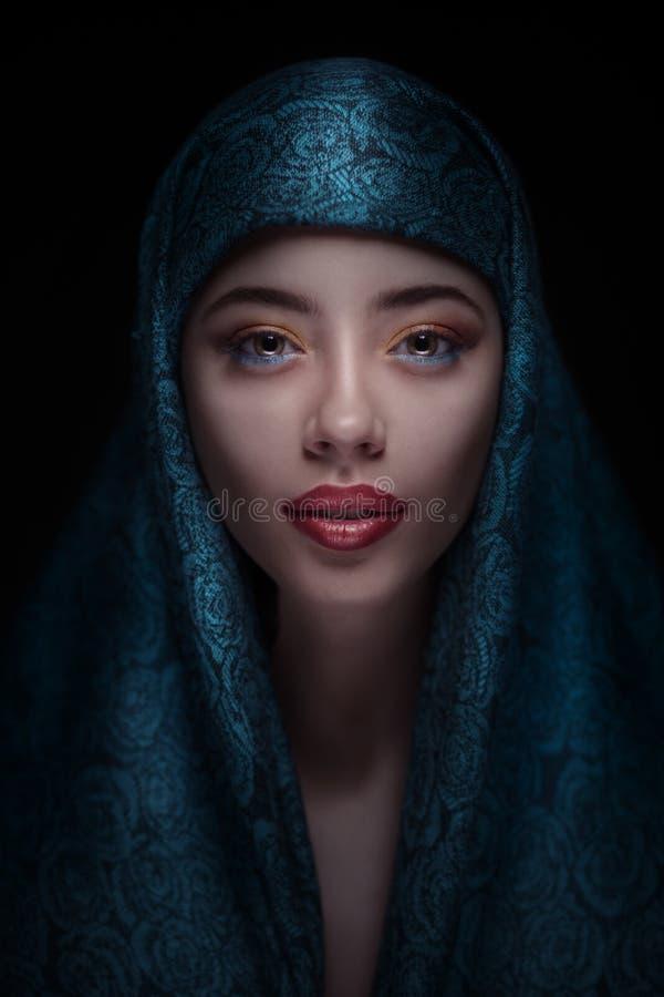 Stående av en härlig kvinna i paranja arkivfoton