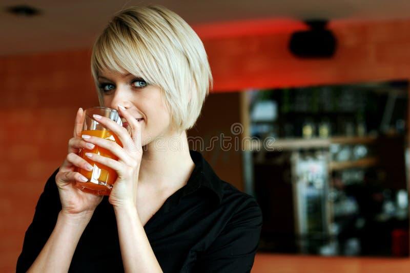 Stående av en härlig kvinna med blont hår arkivfoto