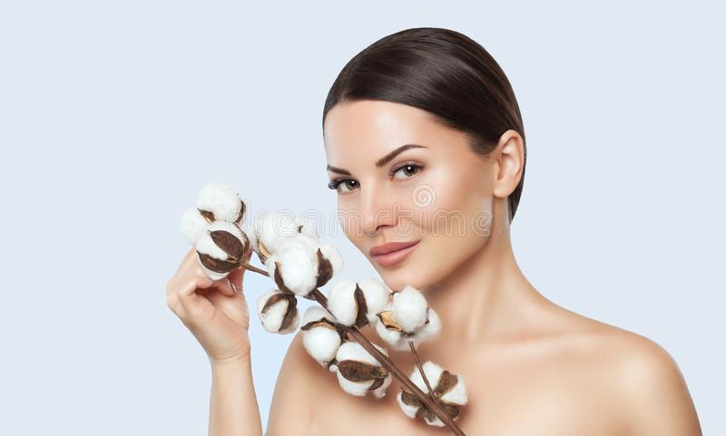 Stående av en härlig kvinna med bomullsblomman på en vit bakgrund royaltyfri foto