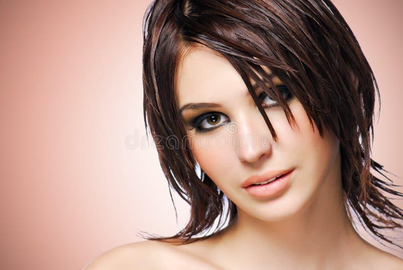 Stående av en härlig kvinna med den idérika frisyren. royaltyfri fotografi
