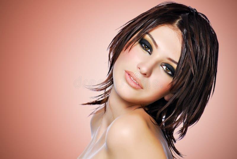 Stående av en härlig kvinna med den idérika frisyren royaltyfri fotografi