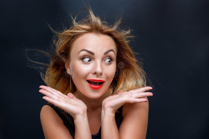 Stående av en härlig kvinna med ett ansiktsuttryck av överraskningen arkivfoton