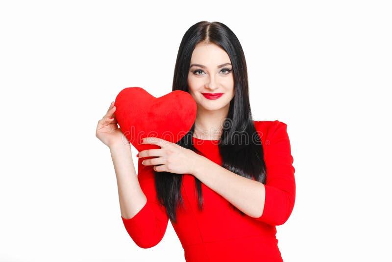 Stående av en härlig kvinna med röd hjärta i händer arkivbild