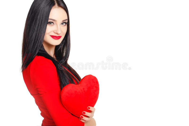 Stående av en härlig kvinna med röd hjärta i händer royaltyfri fotografi