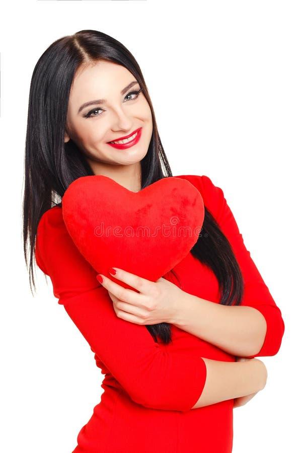 Stående av en härlig kvinna med röd hjärta i händer royaltyfri foto