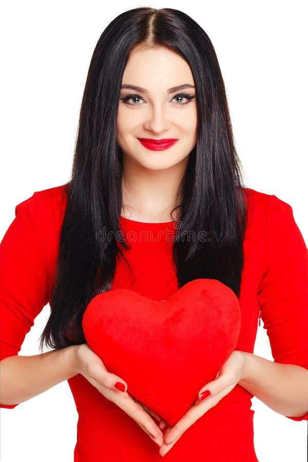Stående av en härlig kvinna med röd hjärta i händer royaltyfria bilder