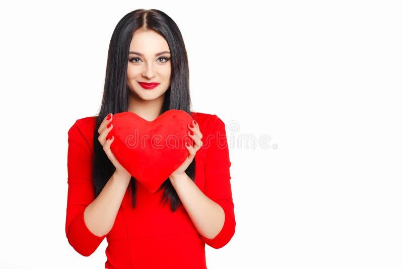 Stående av en härlig kvinna med röd hjärta i händer arkivbilder